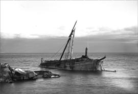 Strandat segelfartyg blir vrak. Länsmuseet Gävleborgs bildarkiv